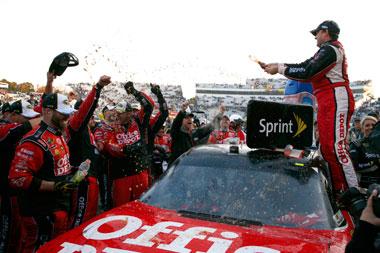 Stewart boosts NASCAR title bid