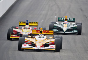 Hunter-Reay in controversial win