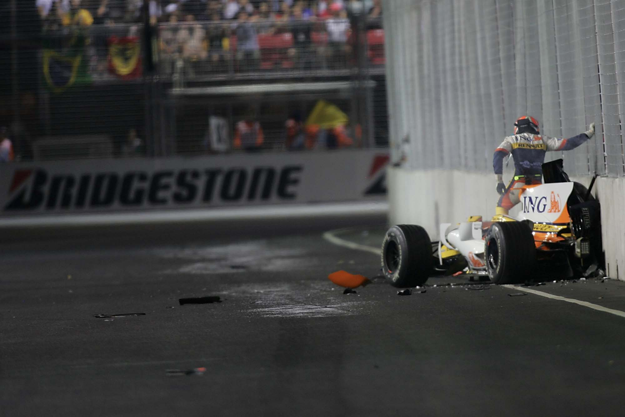 Nelson Piquet crashes his Renault at 2008 Singapore Grand Prix