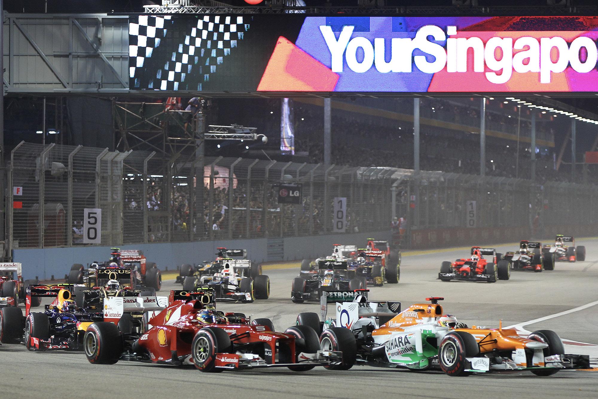 Paul Di Resta leads Fernando Alonso in the 2012 F1 Singapore Grand Prix
