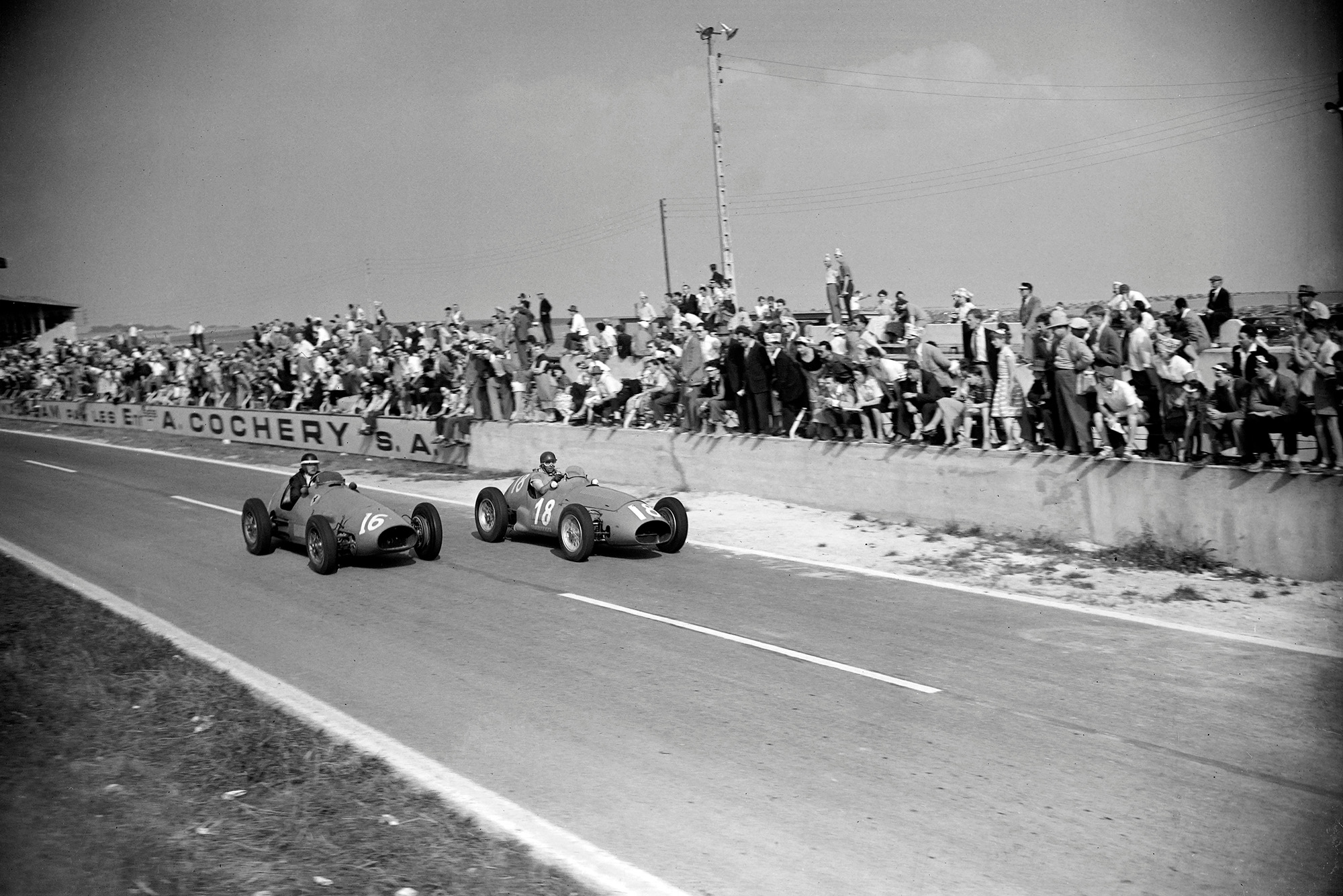 Mike Hawthorn passes Juan Manuel Fangio in the 1953 French Grand Prix