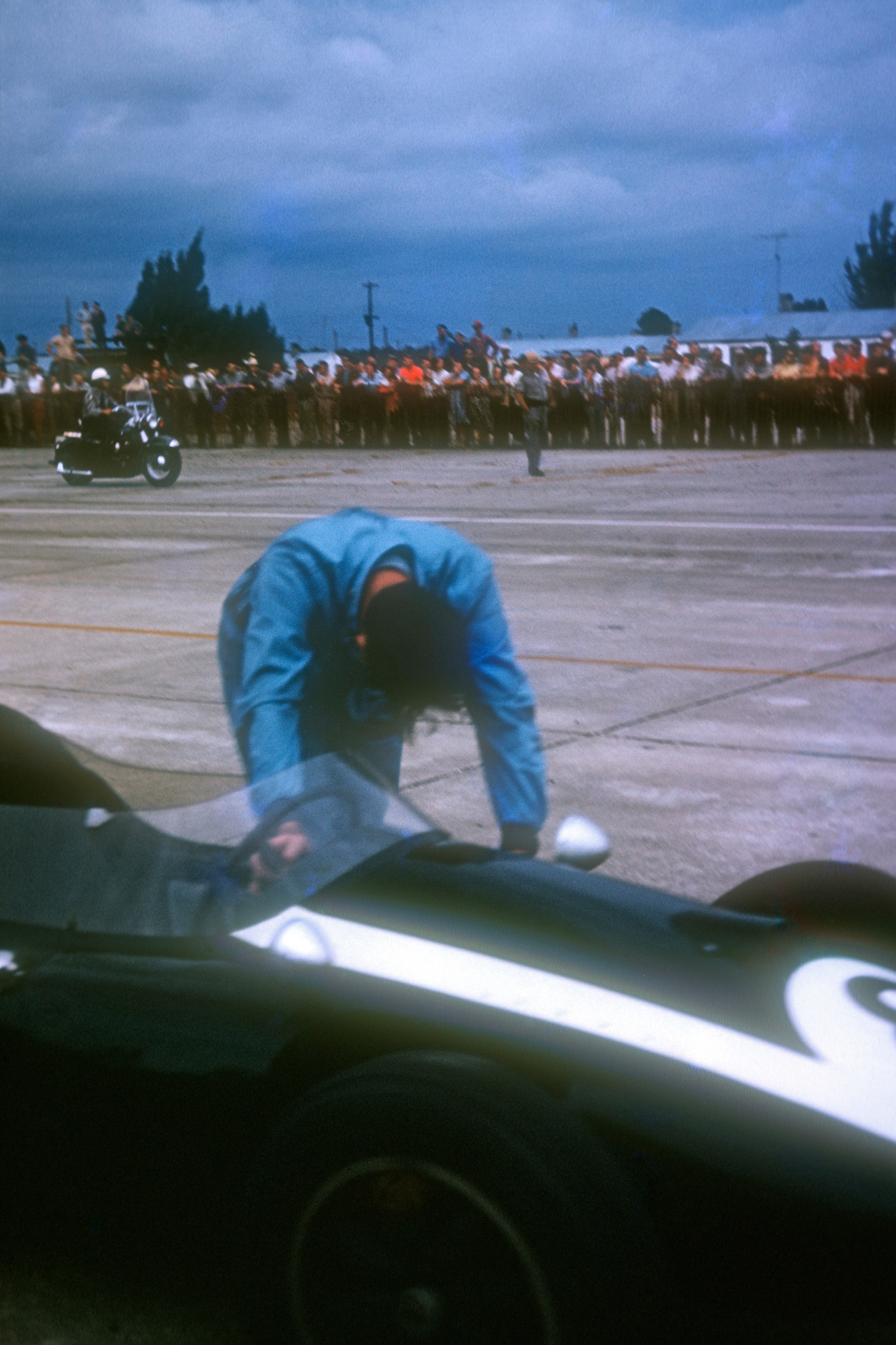 Jack-Brabham-pushing-his-car-over-the-line-in-the-1959-United-States-Granbd-Prix-at-Sebring