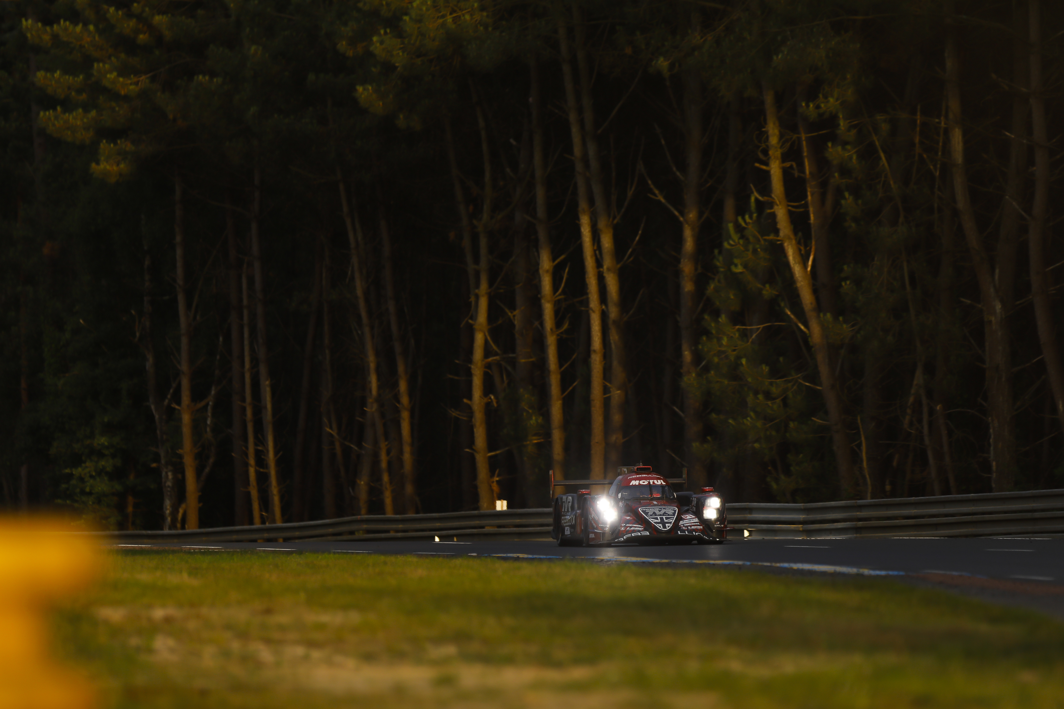 Most of the 13.626-metre Le Mans 24-Hours circuit consists of open roads. How are these transformed into an iconic car circuit?