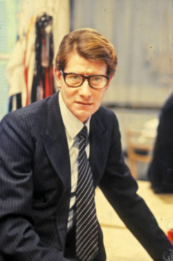 Yves Saint Laurent dans son studio, 5 avenue Marceau, Paris, 1981. Photographie de Guy Marineau., © Musée Yves Saint Laurent Paris / Guy Marineau