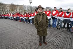 Pierre Bergé aux côtés d'une chaîne de solidarité initiée par des volontaires du Sidaction, pont des Arts, Paris, 28 novembre 2009. Photographie de Patrick Kovarik., © AFP