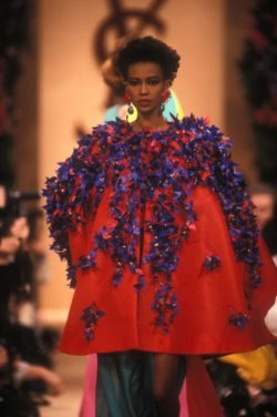 Cape embroidered with bougainvilleas, worn by Amalia Vairelli during the fashion show for the spring-summer 1989 haute couture collection, Salon impérial of the Hôtel Inter-Continental, Paris, January 1989. Photographie de Guy Marineau., © Musée Yves Saint Laurent Paris / Guy Marineau