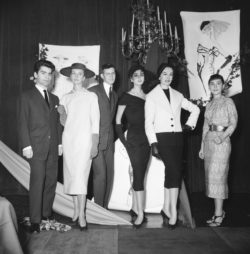 Karl Lagerfeld, Yves Saint Laurent et Colette Bracchi aux côtés de leurs réalisations, Concours du Secrétariat International de la Laine, Paris, 25 novembre 1954., © Keystone-France/Gamma-Rapho