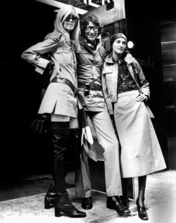 Betty Catroux, Yves Saint Laurent et Loulou de La Falaise à l'inauguration de la première boutique londonienne SAINT LAURENT rive gauche, New Bond Street, Londres, 10 septembre 1969., © Bridgeman Images
