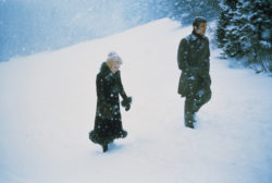 Catherine Deneuve, habillée par Yves Saint Laurent, et Jean-Paul Belmondo dans le film La Sirène du Mississipi de François Truffaut, 1969. Photographie d'Alain Dejean., © Alain Dejan - DR