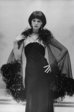 Anny Duperey, habillée par Yves Saint Laurent, dans le film Stavisky d'Alain Resnais, 1974. Photographie de Giancarlo Botti., © Giancarlo Botti/Gamma-Rapho
