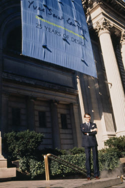 Yves Saint Laurent outside the Metropolitan Museum of New York on the occasion of his first retrospective 25 Years of Design, New York, December 1983., © Droits Réservés
