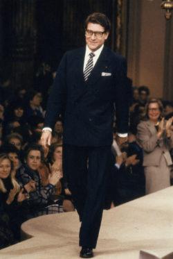 Yves Saint Laurent à la fin du défilé de la collection haute couture printemps-été 1986, salon impérial de l'hôtel Inter-Continental, Paris, janvier 1986., © Droits réservés