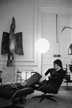 Yves Saint Laurent dans son appartement, 3 place Vauban, Paris, 1967., © Henri ELWING/ELLE/SCOOP