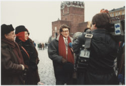 Yves Saint Laurent with journalists on the occasion of his retrospective 28 ans de création at the Tretyakov Gallery, Moscow, 1986., © Droits Réservés