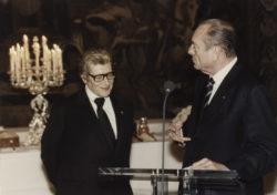 Yves Saint Laurent et Jacques Chirac lors de la remise du grade de Commandeur de l'Ordre de la Légion d'honneur, Palais de l'Élysée, Paris, 14 juillet 2000., © Droits Réservés