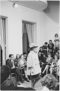 Ensemble worn by Fidélia during the fashion show for the spring-summer 1962 haute couture collection, the salons at 30 bis rue Spontini, Paris, January 29, 1962, © Droits réservés