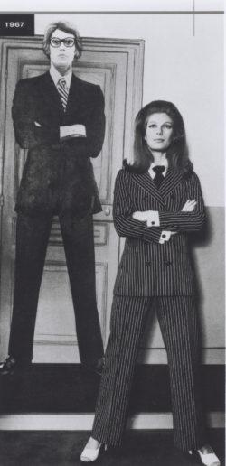 Premier tailleur-pantalon. Collection haute couture printemps-été 1967. Boutique SAINT LAURENT rive gauche, 21 rue de Tournon, Paris, 1967. A l'arrière-plan de l'image: portrait du couturier réalisé en 1966 par l'artiste Eduardo Arroyo., © Droits réservés