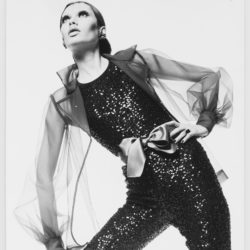 Ensemble de soir porté par Danielle Luquet de Saint Germain. Collection haute couture printemps-été 1968. Photographie de Peter Caine (Sydney)., © Peter Caine (Sydney)