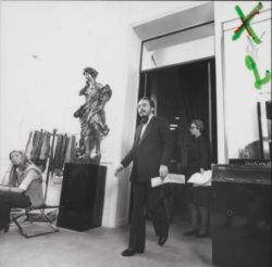 Pierre Bergé lors des essayages de la collection haute couture automne-hiver 1972, 30bis rue Spontini, Paris, juillet 1972., © Droits Réservés