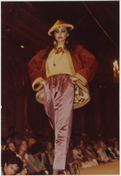 Chinese-inspired evening ensemble worn by Marie Helvin during the fashion show for the autumn-winter 1977 haute couture collection, Salon impérial of the Hôtel Inter-Continental, Paris, July 1977., © Droits Réservés