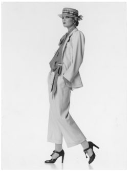 Tailleur-pantalon surnommé « Broadway Suit ». Collection haute couture printemps-été 1978. Photographie de Jean-Louis Guégan., © Jean-Louis Guégan