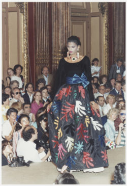 Henri Matisse-inspired evening gown worn by Edia Vairelli during the fashion show for the autumn-winter 1980 haute couture collection, Salon impérial of the Hôtel Inter-Continental, Paris, July 1980., © Droits Réservés