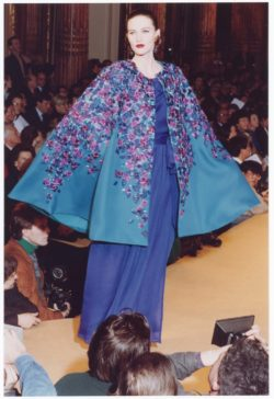 Cape embroidered with bougainvilleas, worn by Sylvie Guégen during the fashion show for the spring-summer 1989 haute couture collection, Salon impérial of the Hôtel Inter-Continental, Paris, January 1989., © Droits réservés