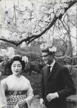 Yves Saint Laurent with a courtesan dressed in traditional clothing, Kyoto, April 1963, © Droits réservés