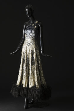 Robe de scène pour Zizi Jeanmaire pour le tableau Night and day dans le spectacle de music-hall Zizi je t'aime!, mis en scène par Roland Petit au Casino de Paris, 1972, © Musée Yves Saint Laurent Paris / Sophie Carre
