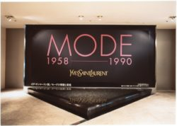 "Vue de l'exposition rétrospective ""MODE 1958-1990 Yves Saint Laurent"", Sezon Museum of Art, Tokyo, novembre 1990., © photo : Droits réservés"