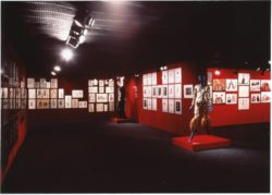 "Vue de l'exposition rétrospective ""MODE 1958-1990 Yves Saint Laurent"", Sezon Museum of Art, Tokyo, novembre 1990., © Yves Saint Laurent / photo : Droits réservés"