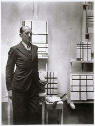 Piet Mondrian dans son atelier, 26 rue du Départ, Paris, 1937, © Photographie de Rogi André, Centre Pompidou