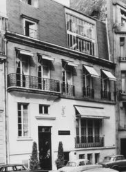 Façade de la maison de couture, 30 bis rue Spontini, Paris., © Droits réservés