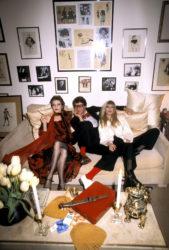 Loulou de La Falaise, Yves Saint Laurent et Betty Catroux chez le couturier, 55 rue de Babylone, Paris, 1978. Photographie de Guy Marineau., © Guy Marineau
