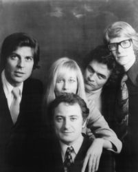 François et Betty Catroux, Pierre Bergé, Bill Willis et Yves Saint Laurent, Paris, années 1970. Photographie de Jeanik Ducot.