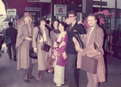 Betty Catroux, Loulou de La Falaise, Anne-Marie Muñoz, Yves Saint Laurent, and Pierre Bergé upon arriving in Japan, Tokyo, November 1975, © Droits réservés