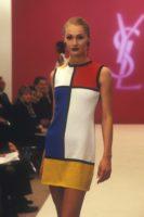Robe d'inspiration Mondrian, collection SAINT LAURENT rive gauche printemps-été 1997. Photographie de Guy Marineau, © Yves Saint Laurent / Guy Marineau