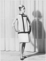 Robe de cocktail d'inspiration Mondrian portée par Léo, salons du 30 bis rue Spontini, Paris, 1965. Photographie de Gérard Pataa, © Gérard Pataa - DR