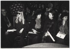 Betty Catroux, aux côtés de la comtesse Jacqueline de Ribes, dans le public du défilé haute couture printemps-été 1978, Hôtel Inter-Continental, Paris, 25 janvier 1978, © Droits réservés