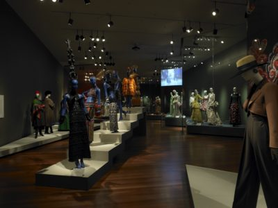 "Vue de l'exposition ""Yves Saint Laurent Style"" au de Young Museum de San Francisco, © de Young Museum, San Francisco"