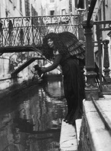 Leonor Fini en ange noir, Venise, 1951, © André Ostier