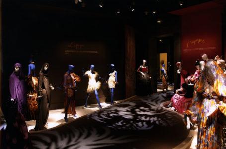 """Vue de l'exposition """"Yves Saint Laurent, Voyages Extraordinaires"""" à la Fondation Pierre Bergé - Yves Saint Laurent"""