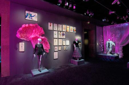 """Vue de l'exposition """"Yves Saint Laurent, Théâtre, Cinéma, Music-Hall, Ballet"""" à la Fondation Pierre Bergé - Yves Saint Laurent"""