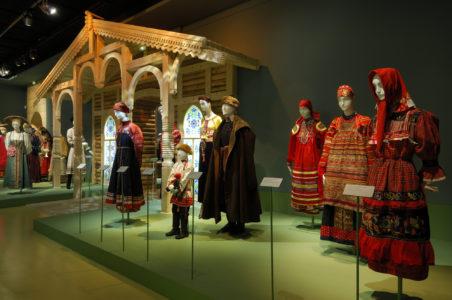 """Vue de l'exposition """"Le costume populaire russe"""" à la Fondation Pierre Bergé - Yves Saint Laurent, © Dominique Cohas"""