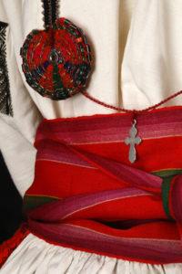 Détail d'un costume de fête de jeune femme, seconde moitié du XIXème siècle, © Dominique Cohas