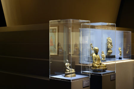 """Vue de l'exposition """"Art sacré du Tibet"""" à la Fondation Pierre Bergé - Yves Saint Laurent, © Luc Castel"""