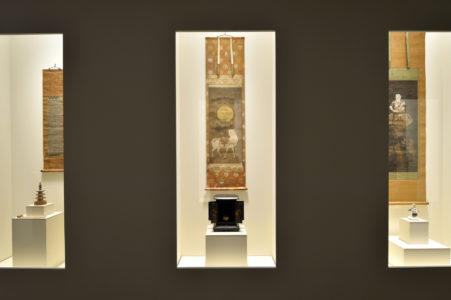 """Vue de l'exposition """"Hiroshi Sugimoto, Accelerated Buddha"""" à la Fondation Pierre Bergé - Yves Saint Laurent, © Luc Castel"""