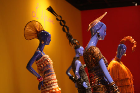 """Vue de l'exposition """"Yves Saint Laurent, Voyages extraordinaires"""" au Centre culturel Banco do Brasil à Rio de Janeiro"""