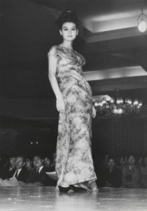 Presentation of the spring-summer 1963 haute couture collection, Imperial Hotel, Tokyo, April 10, 1963; Prince Hotel, Tokyo, April 13, 1963; New Osaka Hotel, Osaka, April 17, 1963., © Yves Saint Laurent / Photo : Droits réservés