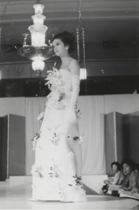 Présentations de la collection haute couture printemps-été 1963, Hôtel Impérial, Tokyo, 10 avril 1963; Hôtel Prince, Tokyo, 13 avril 1963; Hôtel New Osaka, Osaka, 17 avril 1963., © Yves Saint Laurent / Photo : Droits réservés